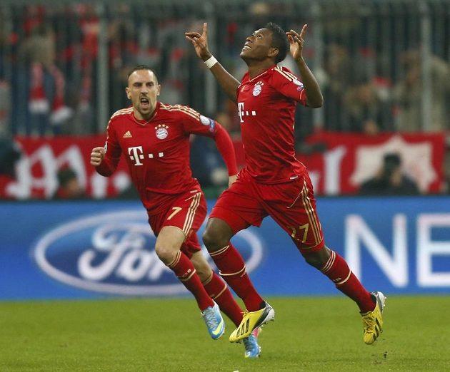 David Alaba (vpravo) z Bayernu Mnichov slaví se spoluhráčem Franckem Ribérym svoji trefu do sítě Juventusu Turín.