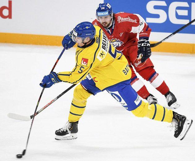 Šimon Stránský bojuje o puk v zápase proti Švédsku