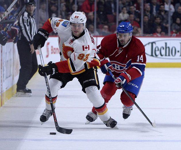 Tomáš Plekanec (14) z Montrealu a Sam Bennett (93) z Calgary.