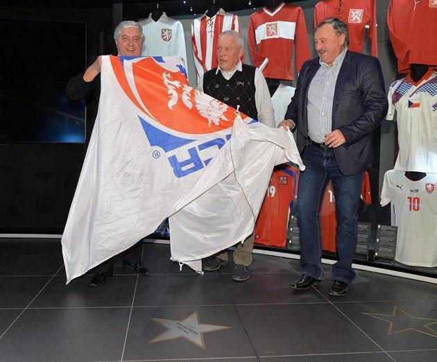 Zleva bývalí fotbalisté Karol Dobiaš, Ivo Viktor a Antonín Panenka odhalují hvězdu mistrům Evropy z Bělehradu, týmu, který byl uveden 22. března v Praze do Síně slávy FAČR.