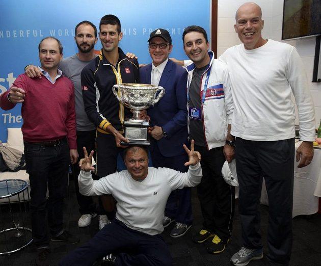 Novak Djokovič oslavuje se svým realizačním týmem triumf na Australian Open.