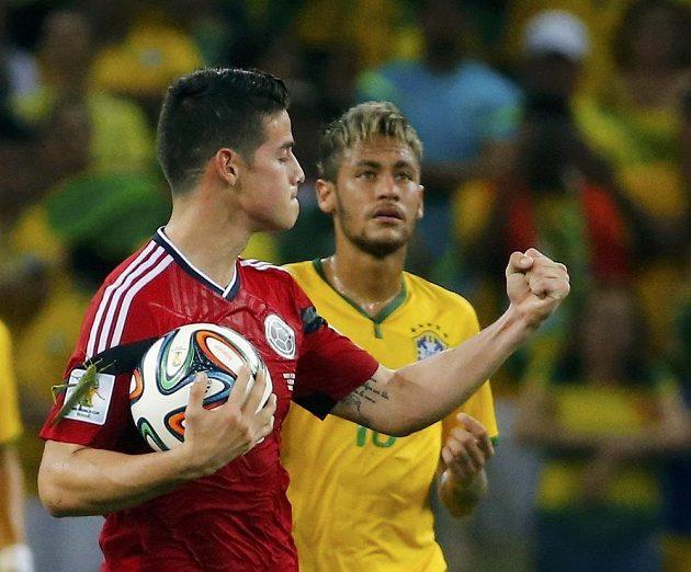James Rodriguez proměnil penaltu a vykřesal naději pro Kolumbijce. Ale postupuje Neymar (v pozadí), jehož další účast na MS je ovšem nejistá.