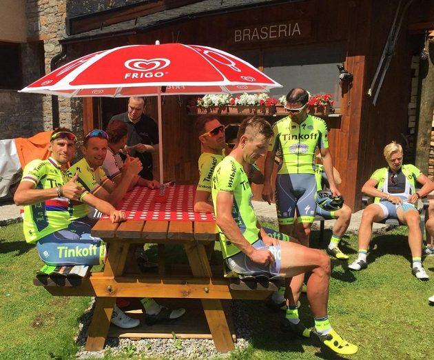 Roman Kreuziger (vlevo) během volného dne Tour de France s kolegy na kávě.