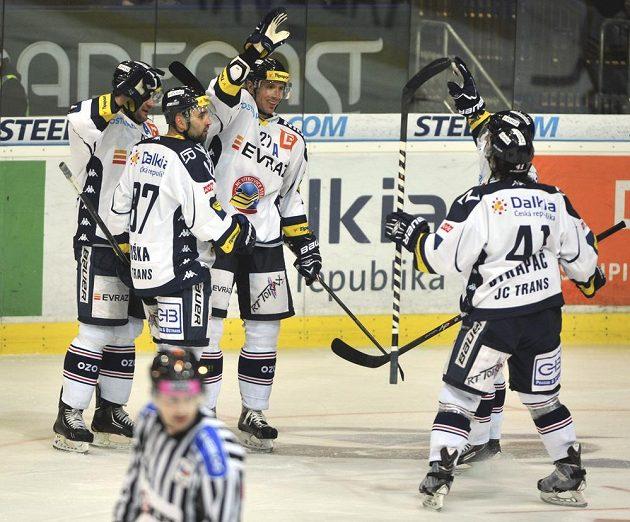 Hokejisté Vítkovic slaví gól proti Litvínovu v utkání 51. kolo Tipsport extraligy.
