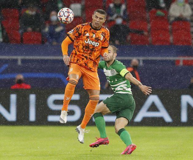 Hvězda Juventusu Cristiano Ronaldo ve výskoku v utkání Ligy mistrů s Ferencvárosem.