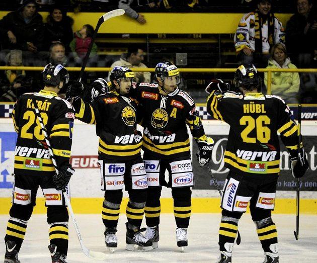Martin Ručinský (druhý zprava) se raduje se spoluhráči ze vstřelení gólu proti Karlovým Varům.