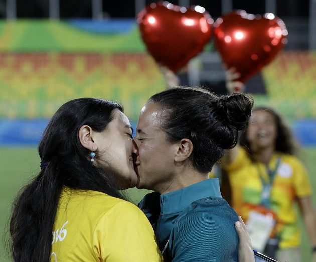 Zásnuby v přímém přenosu. Brazilskou ragbistku Isadoru Cerullovou (vpravo) požádala její přítelkyně Marjorie Enyaová přímo na hřišti.