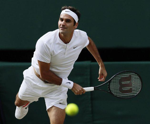 Švýcar Roger Federer při wimbledonském semifinále s Tomášem Berdychem.