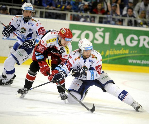 Zleva vpředu Radovan Pavlík z Hradce Králové a Hynek Zohorna z Brna v souboji během šestého semifinále play off hokejové extraligy.