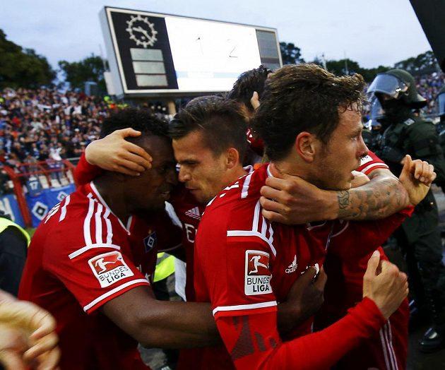 Gól. Nicolai Müller (vpravo) slaví se spoluhráči u Hamburku gól v prodloužení v odvetě naráže o bundesligu.