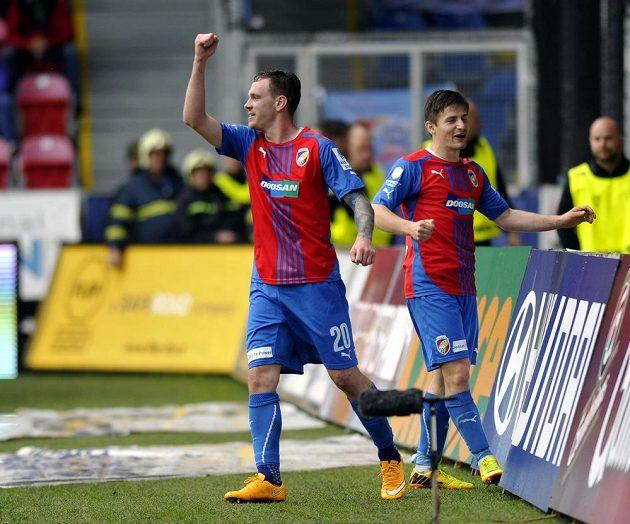 Střelec Ondřej Vaněk (vlevo) a jeho spoluhráč Václav Pilař se radují z druhého plzeňského gólu proti Baníku Ostrava.