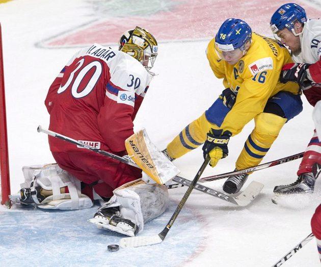 Švéd Carl Grundström se snaží překonat českého brankáře Daniela Vladaře.