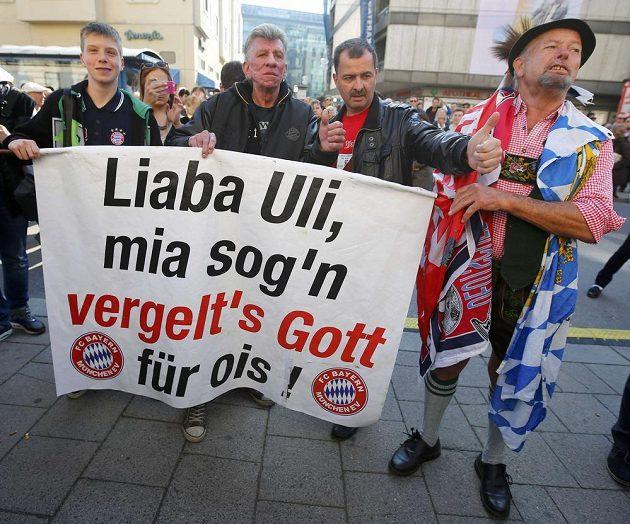 Uli Hoenessovi se dostalo podpory fanoušků Bayernu.