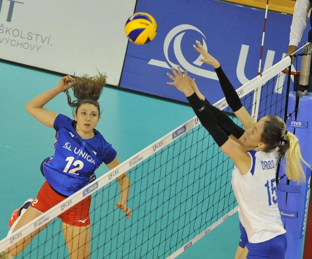Michaela Mlejnková z ČR a Daria Drozdová z Ukrajiny v akci během utkání Evropské ligy volejbalistek.