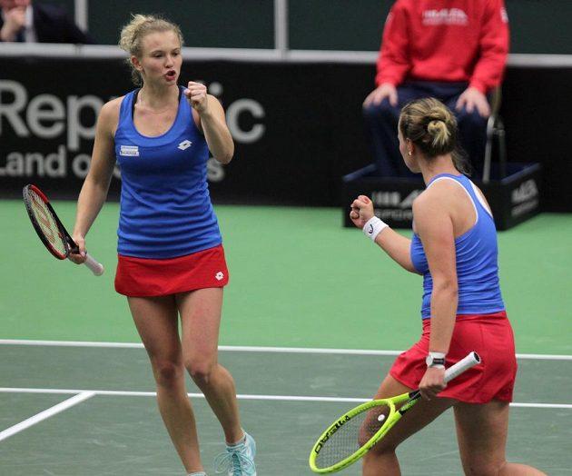 Kateřina Siniaková (vlevo) a Barbora Krejčíková při rozhodující čtyřhře v utkání s Rumunskem.