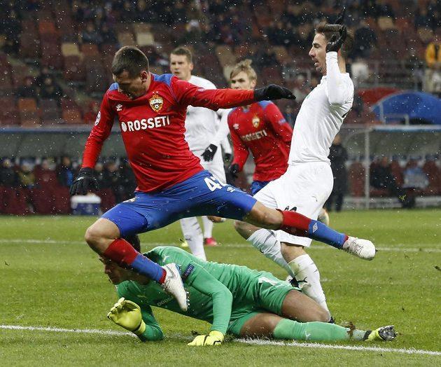 Fotbalista CSKA Georgi Ščennikov se dere do šance v pokutovém území Plzně. Pod nohy mu skočil brankář Viktorie Aleš Hruška.