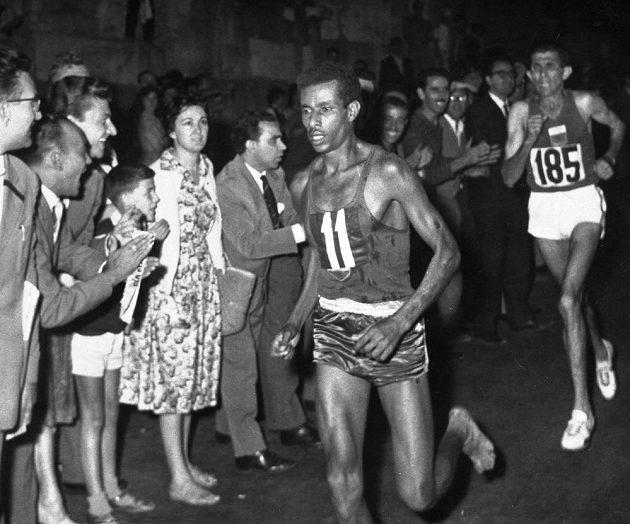 Etiopan Abebe Bikila (11) při maratónu během římské olympiády.