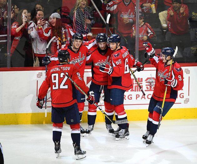 Hokejisté Washingtonu se radují z branky v zápase proti Bostonu.