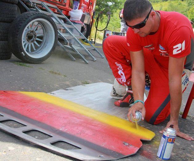 Martin Prokop pomáhá připravovat díly pro Ford Fiesta WRC před startem Německé rallye 2013.