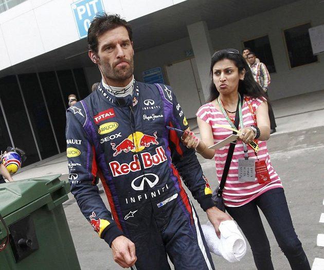 Naštvaný Mark Webber odchází po poruše z trati.