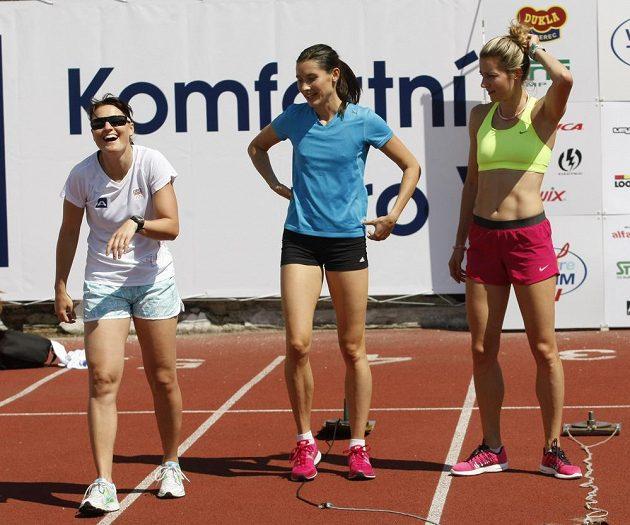 Dobrá nálada panovala při společném tréninku lyžařky Nikoly Sudové (vlevo) a atletek Jitkou Bartoníčkovou (uprostřed) a Denisou Rosolovou.