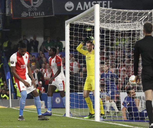 Míč je v síti. Obránce Slavie Simon Deli si v utkání Evropské ligy na půdě Chelsea vstřelil vlastní gól.