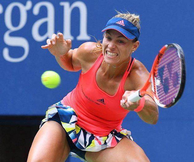 Němka Angelique Kerberová odvrací úder Karolíny Plíškové ve finále US Open.