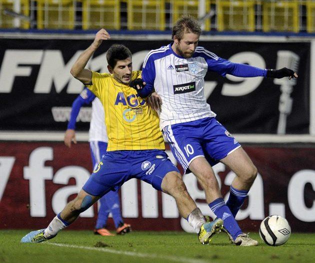 Teplický záložník Admir Ljevakovič (vlevo) a záložník Znojma Tomáš Okleštěk v utkání 16. kola Gambrinus ligy.