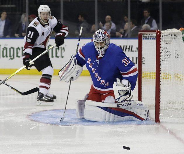 Soustředěný výraz brankáře New Yorku Rangers Ondřeje Pavelce (31).