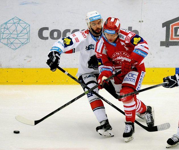 Třinecký Jiří Polanský (vpravo) a Michal Vondrka z Chomutova.