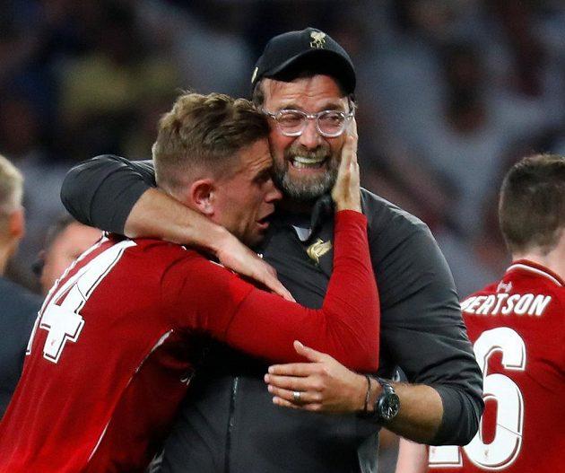 Dojatý liverpoolský manažer Jürgen Klopp slaví s Jordanem Hendersonem triumf ve finále Ligy mistrů.