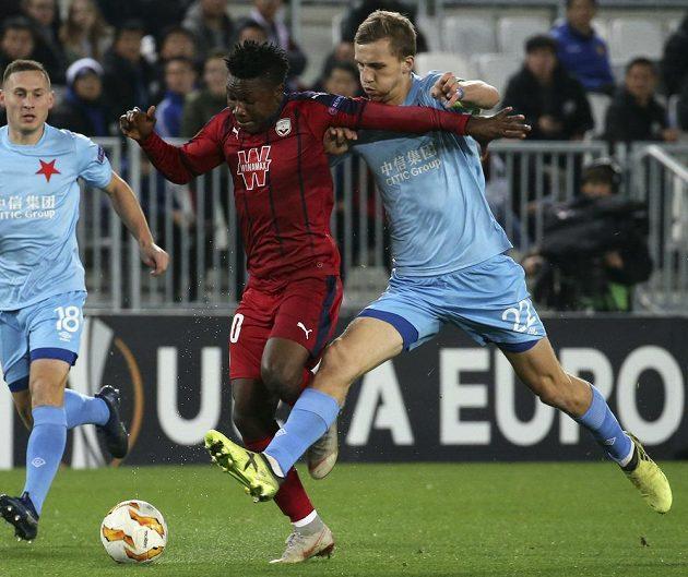 Fotbalista Bordeaux Samuel Kalu (vlevo) v souboji se slávistou Tomášem Součkem během utkání Evropské ligy.