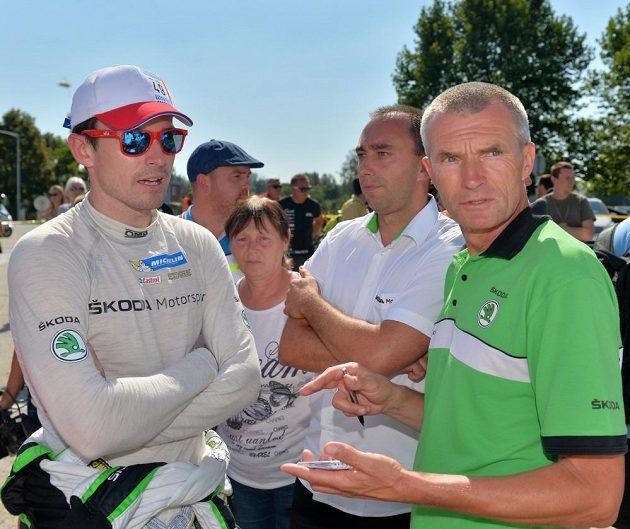 Jan Kopecký (vlevo) s otcem Josefem Kopeckým, který je nejbližším konzultantem závodníka továrního týmu Škoda Motorsport.