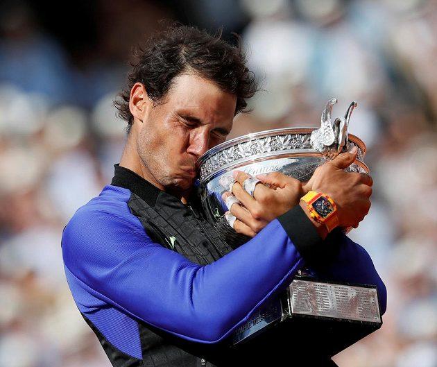 Rafael Nadal se mazlí s trogejí pro vítěze French Open.