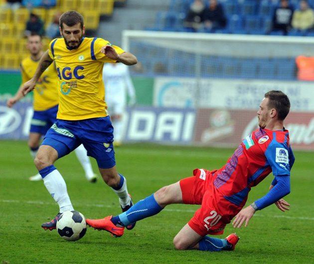 Plzeňský záložník Ondřej Vaněk (vpravo) se snaží vypíchnout míč teplickému Admiru Ljevakovičovi.