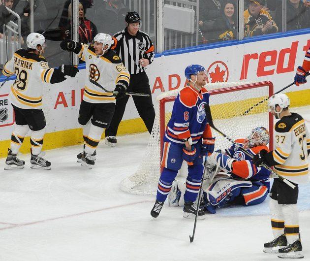 Útočník Bostonu Bruins David Pastrňák slaví se spoluhráčem gól v utkání s Edmontonem v NHL.