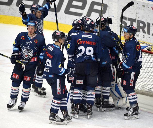 Liberečtí hokejisté se radují z vítězství 2:0 nad Chomutovem.