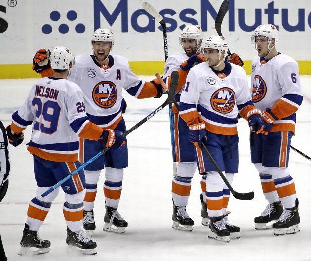 Hokejisté Islanders se radují z branky