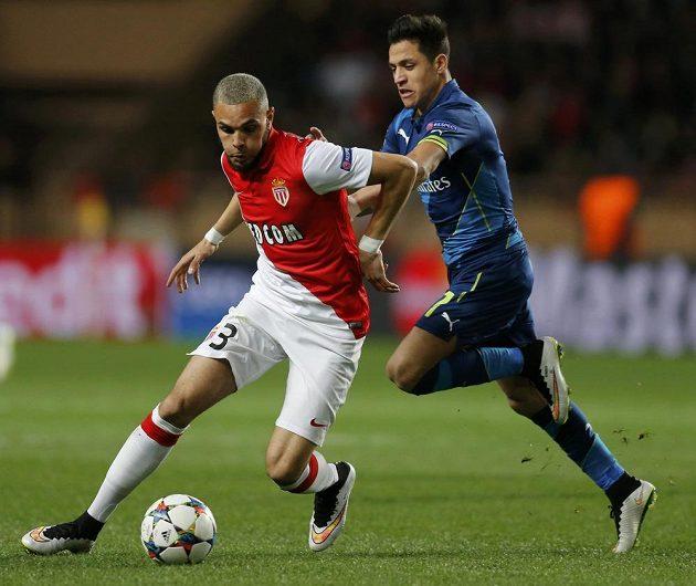 Layvin Kurzawa z Monaka (vlevo) v souboji s útočníkem Arsenalu Alexisem Sanchezem během odvetného osmifinálového duelu Ligy mistrů.