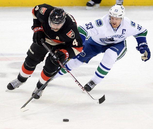 Obrat Vancouveru v Ottawě zařídil svým třístým gólem v NHL Daniel Sedin (vpravo).