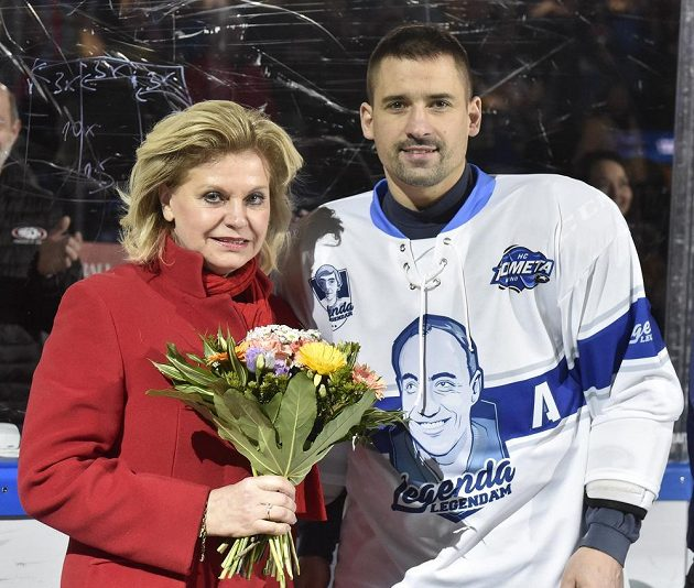 Vdova po hokejovém trenérovi Ivanu Hlinkovi Liběna Hlinková a Tomáš Plekanec z Brna.