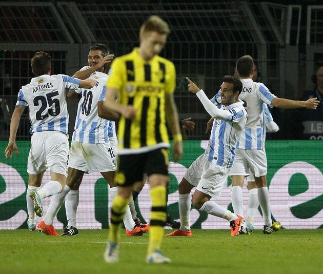 Fotbalisté Málagy se radují z branky, kterou vstřelil Joaquín Borussii Dortmund.