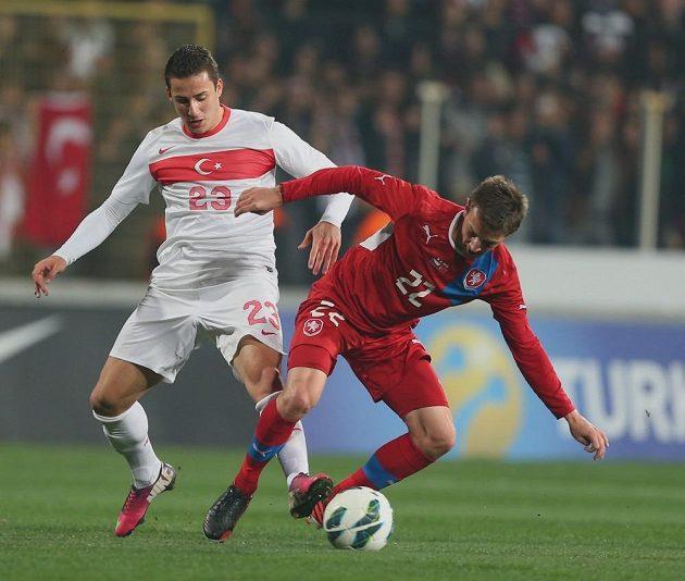 Vladimír Darida (vpravo) kryje míč před Turkem Sararerem Sercanem.
