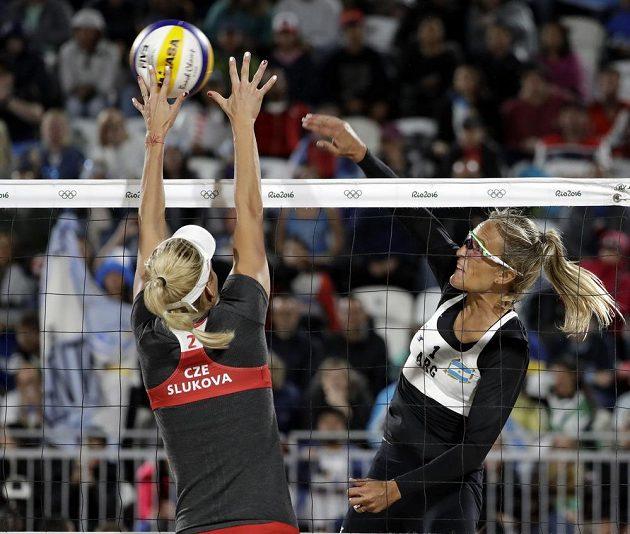 Argentinská beachvolejbalistka Ana Gallayová (vpravo) v ouboji na síti s Markétou Slukovovu.