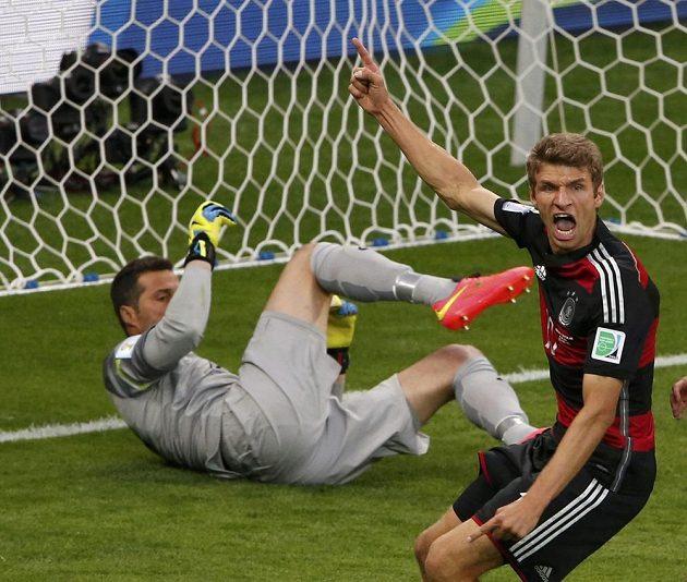 Thomas Müller jásá poté, co otevřel skóre semifinálového duelu s Brazilci.