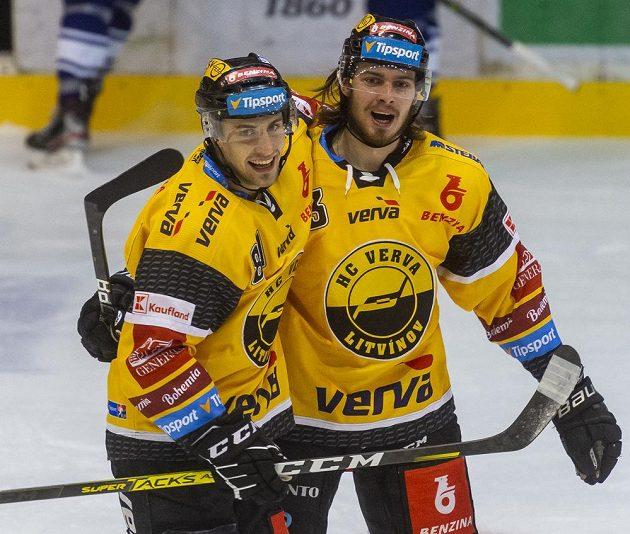 Litvínovští hráči Lukáš Válek (vlevo) a Marek Baránek se radují z gólu proti Vítkovicím.
