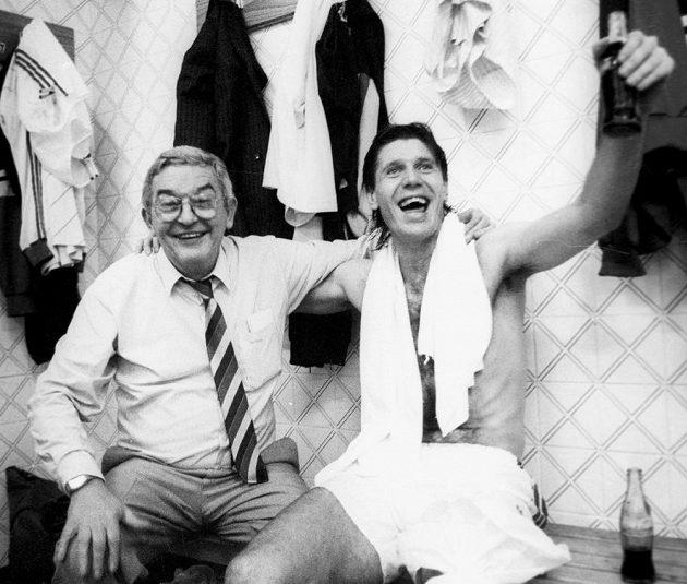 Rudolf Baťa na archivním snímku s Jozefem Chovanecem (vpravo) při oslavách postupu na MS 1990.