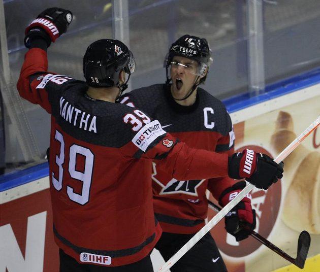 Kanaďan Kyle Turris (vpravo) a Anthony Mantha se radují z gólu proti USA.