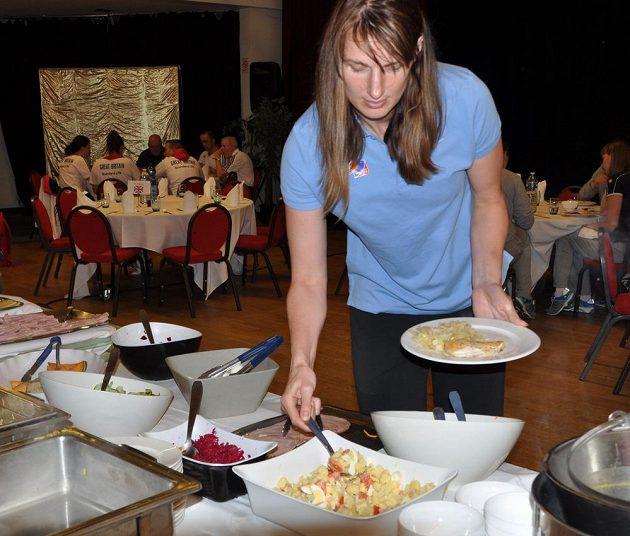 Ilona Burgrová při obědě v hotelu ve francouzském Mouilleron-le-Captif.