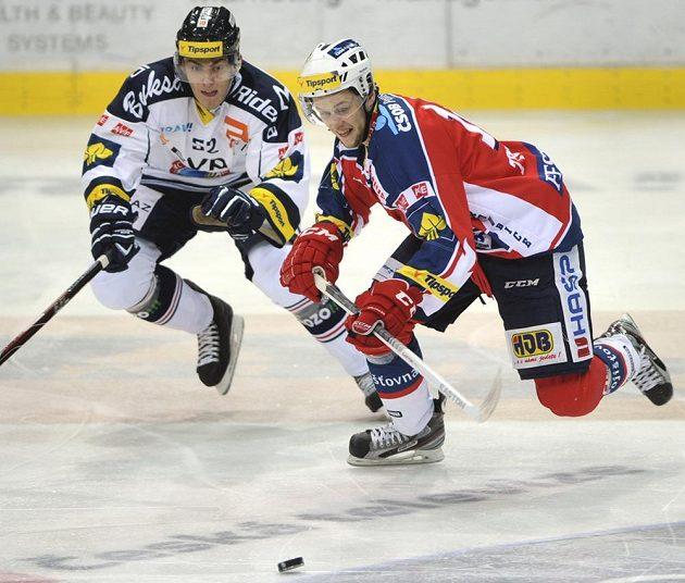 Zleva vítkovický hokejista Marek Bail a Radoslav Tybor z Pardubic.